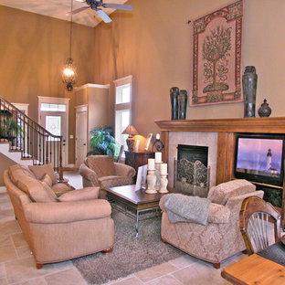 ダラスの中サイズのトラディショナルスタイルのおしゃれなファミリールーム (茶色い壁、トラバーチンの床、標準型暖炉、タイルの暖炉まわり、埋込式メディアウォール、茶色い床) の写真