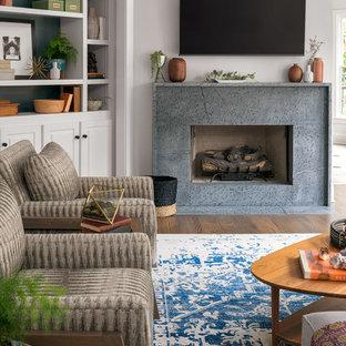 ナッシュビルの中サイズのミッドセンチュリースタイルのおしゃれなファミリールーム (グレーの壁、濃色無垢フローリング、標準型暖炉、石材の暖炉まわり、壁掛け型テレビ、グレーの床) の写真