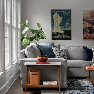 На фото: с высоким бюджетом открытые гостиные комнаты среднего размера в стиле ретро с серыми стенами, темным паркетным полом и серым полом