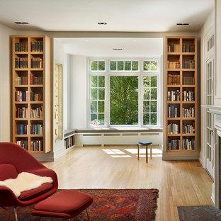 フィラデルフィアのコンテンポラリースタイルのおしゃれなファミリールーム (レンガの暖炉まわり) の写真