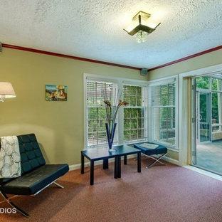 Foto di un piccolo soggiorno minimalista chiuso con libreria, pareti beige, moquette e pavimento rosa
