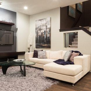 Cette photo montre une petite salle de séjour tendance ouverte avec un mur violet, un sol en bois brun, une cheminée ribbon, un manteau de cheminée en carrelage et un téléviseur fixé au mur.