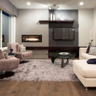 Diseño de sala de estar abierta, contemporánea, pequeña, con paredes púrpuras, suelo de madera en tonos medios, chimenea lineal, marco de chimenea de baldosas y/o azulejos y televisor colgado en la pared