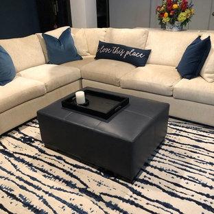 オレンジカウンティの中サイズのトランジショナルスタイルのおしゃれなファミリールーム (青い壁、ライムストーンの床、内蔵型テレビ、ベージュの床) の写真
