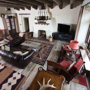 Idee per un soggiorno stile americano di medie dimensioni e aperto con pareti bianche, parquet chiaro, camino classico, cornice del camino in intonaco e TV autoportante