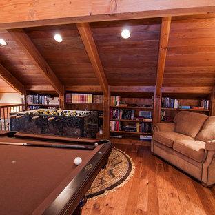 Inspiration pour une salle de séjour mansardée ou avec mezzanine chalet de taille moyenne avec salle de jeu, un mur beige et un sol en bois brun.