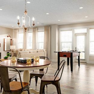 Modelo de sala de juegos en casa abierta, costera, con paredes beige, televisor independiente y suelo multicolor