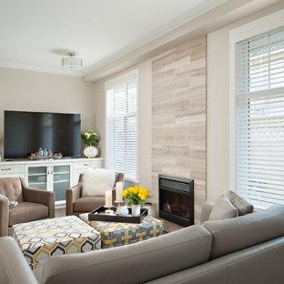 Diseño de sala de estar abierta, clásica renovada, pequeña, con paredes grises, suelo de madera en tonos medios, chimenea tradicional, marco de chimenea de baldosas y/o azulejos y televisor independiente