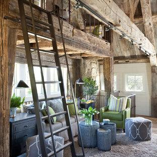 Exemple d'une salle de séjour mansardée ou avec mezzanine nature de taille moyenne avec un mur blanc, un sol en bois foncé et un sol marron.