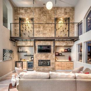 サンディエゴのコンテンポラリースタイルのおしゃれなファミリールーム (ベージュの壁、無垢フローリング、壁掛け型テレビ、横長型暖炉) の写真