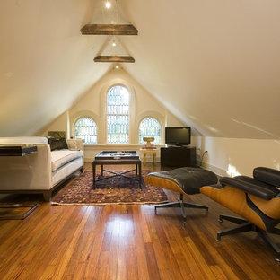 Cette image montre une salle de séjour victorienne fermée avec un mur beige, un sol en bois brun et télé d'angle.