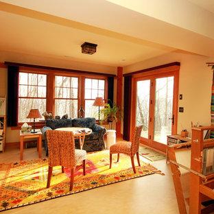 Ispirazione per un soggiorno contemporaneo di medie dimensioni e chiuso con sala giochi, pareti beige, pavimento in linoleum e nessuna TV