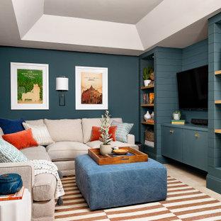 Imagen de sala de estar ecléctica con paredes azules, moqueta, televisor colgado en la pared y suelo beige