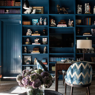 ダラスの中くらいのトラディショナルスタイルのおしゃれな独立型ファミリールーム (青い壁、埋込式メディアウォール、ゲームルーム、カーペット敷き、暖炉なし、ベージュの床) の写真