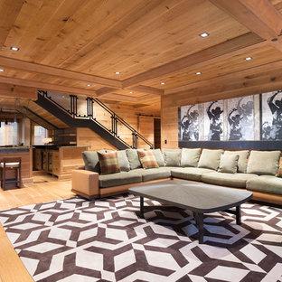 Immagine di un soggiorno rustico con angolo bar, pareti marroni, pavimento in legno massello medio e pavimento marrone