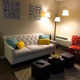 Ejemplo de sala de estar abierta, contemporánea, pequeña, sin chimenea, con paredes beige, suelo de madera oscura y televisor colgado en la pared