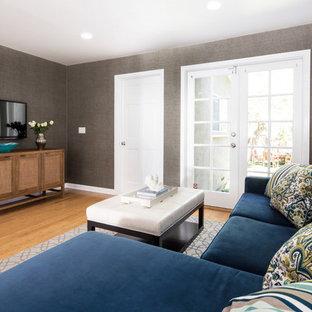 Пример оригинального дизайна: открытая гостиная комната среднего размера в стиле современная классика с серыми стенами, полом из бамбука и телевизором на стене без камина