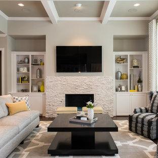 Esempio di un soggiorno tradizionale di medie dimensioni e aperto con pareti grigie, parquet scuro, camino classico, cornice del camino in pietra, TV a parete e pavimento marrone