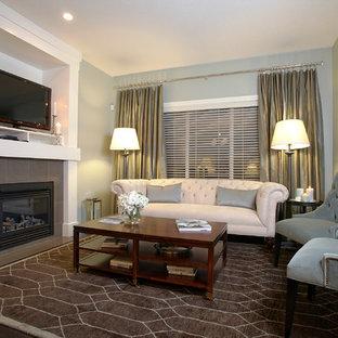 Foto de sala de estar contemporánea con chimenea tradicional, marco de chimenea de baldosas y/o azulejos, televisor independiente y paredes grises