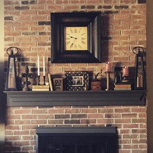 Modelo de sala de estar abierta, urbana, pequeña, con paredes beige, moqueta, chimenea tradicional, marco de chimenea de ladrillo y televisor en una esquina