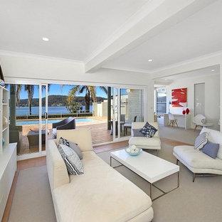 シドニーの中サイズのビーチスタイルのおしゃれなファミリールーム (白い壁、テラコッタタイルの床、暖炉なし、テレビなし、赤い床) の写真
