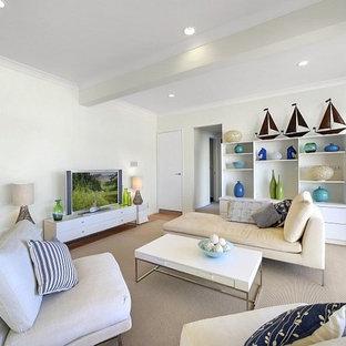 シドニーの中サイズのビーチスタイルのおしゃれなファミリールーム (白い壁、テラコッタタイルの床、暖炉なし、赤い床) の写真