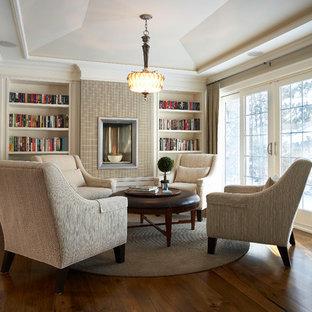 Fernseherlose, Große, Offene Klassische Bibliothek mit beiger Wandfarbe, dunklem Holzboden, gefliestem Kaminsims und Gaskamin in Toronto