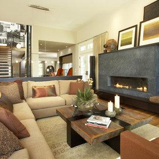 Imagen de sala de estar abierta, actual, con paredes beige y chimenea lineal