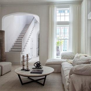 Klassisk inredning av ett mellanstort avskilt allrum, med vita väggar, heltäckningsmatta och beiget golv