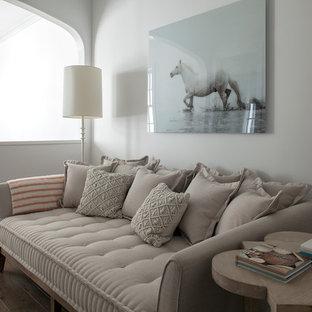 Diseño de sala de estar tipo loft, clásica renovada, pequeña, sin chimenea y televisor, con paredes blancas, suelo de madera oscura y suelo marrón