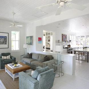 チャールストンのビーチスタイルのおしゃれなファミリールーム (白い壁、塗装フローリング、白い床) の写真