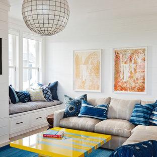 チャールストンのビーチスタイルのおしゃれなファミリールーム (白い壁、青い床) の写真