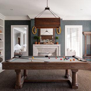 Cette photo montre une salle de séjour chic fermée avec salle de jeu, un mur noir, une cheminée double-face et un manteau de cheminée en pierre.