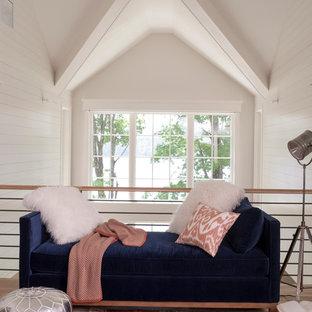 Modelo de sala de estar tipo loft, tradicional renovada, pequeña, con paredes blancas