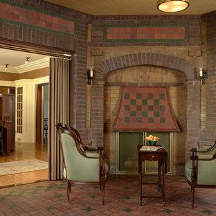 Immagine di un soggiorno classico chiuso con pavimento in terracotta, pareti marroni, camino ad angolo e cornice del camino in mattoni