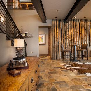 Esempio di un grande soggiorno american style aperto con sala giochi, pareti bianche, pavimento in ardesia e pavimento multicolore