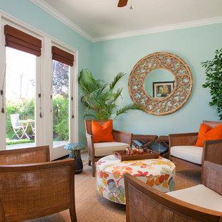サンディエゴの中サイズのトロピカルスタイルのおしゃれな独立型ファミリールーム (青い壁、トラバーチンの床、暖炉なし) の写真
