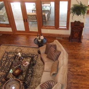 シアトルの中サイズのトラディショナルスタイルのおしゃれな独立型ファミリールーム (ベージュの壁、濃色無垢フローリング、標準型暖炉、石材の暖炉まわり、テレビなし、茶色い床) の写真