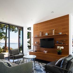 Cette image montre une salle de séjour design ouverte avec un mur blanc, un sol en bois foncé, un téléviseur fixé au mur et un sol noir.