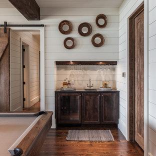 Foto de sala de juegos en casa abierta, de estilo de casa de campo, grande, con paredes blancas, suelo de madera oscura y suelo marrón