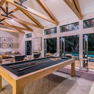 Imagen de sala de juegos en casa abierta, de estilo de casa de campo, extra grande, sin televisor, con paredes blancas, suelo de madera clara y suelo beige