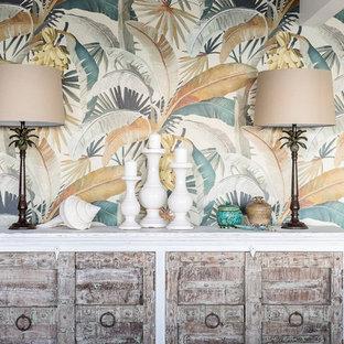 サンシャインコーストの大きいトロピカルスタイルのおしゃれなファミリールーム (ホームバー、マルチカラーの壁、スレートの床、壁掛け型テレビ、マルチカラーの床) の写真