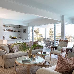 サンシャインコーストの広いトロピカルスタイルのおしゃれなオープンリビング (マルチカラーの壁、スレートの床、壁掛け型テレビ、マルチカラーの床) の写真