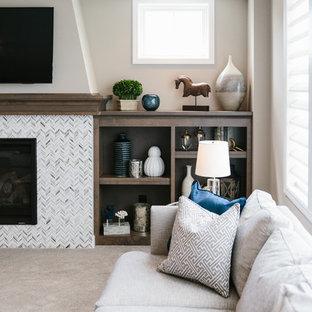 ミネアポリスの中サイズのビーチスタイルのおしゃれなファミリールーム (茶色い壁、カーペット敷き、標準型暖炉、タイルの暖炉まわり、壁掛け型テレビ、茶色い床) の写真