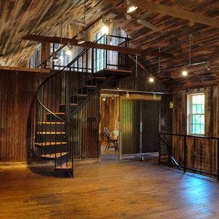 Imagen de sala de estar de estilo de casa de campo, de tamaño medio, con suelo de madera en tonos medios