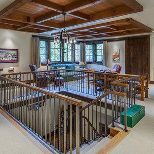 Modelo de sala de estar cerrada, rural, grande, sin chimenea y televisor, con paredes beige, moqueta y suelo beige