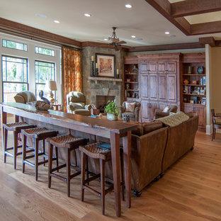 Ispirazione per un grande soggiorno classico aperto con pareti beige, parquet chiaro e TV nascosta