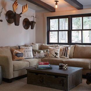 Idéer för ett rustikt allrum, med beige väggar och heltäckningsmatta