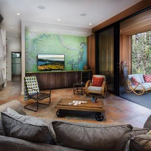 Inspiration för ett stort rustikt avskilt allrum, med klinkergolv i keramik, en fristående TV och brunt golv