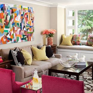 Inspiration pour une salle de séjour bohème avec un mur beige et moquette.